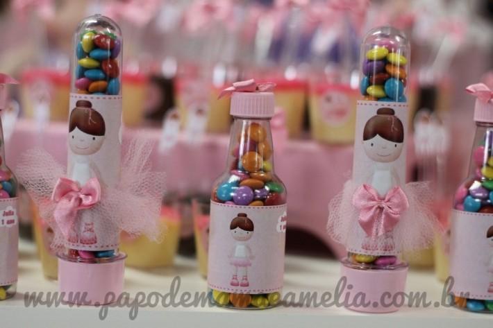 As garrafinhas e tubetes foram personalizados com o tema e cheias com confeti
