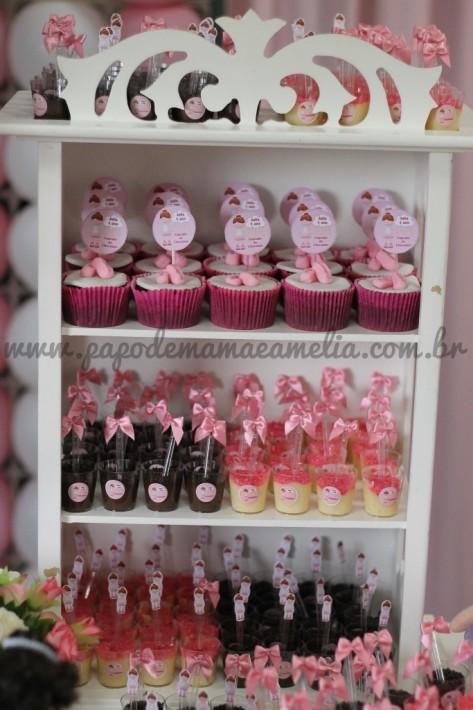 Detalhe da cristaleira na mesa com cupcakes, brigadeiro e beijinho de colher