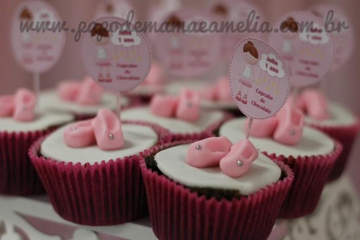 Detalhe dos cupcakes de chocolate, a decoração do topo foi feita em pasta americana